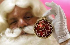 <p>Imagen de archivo de un actor vestido de Papa Noel en una tienda en Londres. Ago 6 2010 Los consumidores estadounidenses gastarán más esta Navidad en productos electrónicos que en los últimos 17 años, y las computadoras portátiles y los iPad de Apple encabezan las listas de deseos, dijo el martes un importante grupo de la industria. REUTERS/Suzanne Plunkett/ARCHIVO</p>