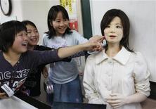 <p>Робот-андроид Сайа, исполняющий роль учителя, в школе в Токио 7 мая 2009 года. Кареглазая шатенка-андроид сыграла свою дебютную роль в пьесе про смертельно больную девушку в эту среду. REUTERS/Issei Kato</p>