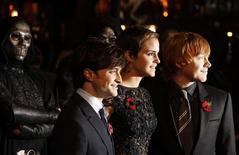 """<p>Emma Watson posa para fotos com Daniel Radcliffe e Rupert Grint ao chegar para a pré-estreia de """"Harry Potter e as Relíquias da Morte: Parte 1"""". REUTERS/Stefan Wermuth</p>"""
