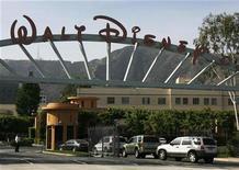 """<p>Foto de archivo de la entrada principal del Walt Disney Co. en Burbank, EEUU, mayo 5 2009. Walt Disney Co presentó el jueves un retroceso en sus ganancias trimestrales, debido a que una caída de los ingresos en su división de cable y amortizaciones contrarrestaron las fuertes ventas de publicidad y de películas como """"Toy Story 3."""" REUTERS/Fred Prouser</p>"""