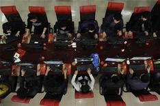 """<p>Люди в интернет-кафе в Тайюане 31 марта 2010 года. Интернет не получит домены """"какашка.рф"""" и """"растудыттвоютуды.рф"""" - в числе более 4.000 имен они включены в стоп-лист Координационного центра национального домена РФ. REUTERS/Stringer</p>"""