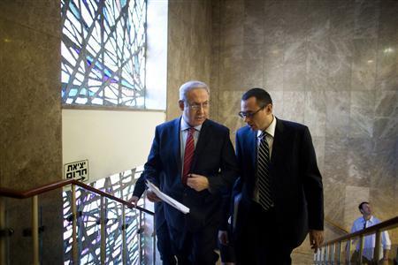 Israel's Prime Minister Benjamin Netanyahu (L) and Cabinet Secretary Zvi Hauser arrive for the weekly cabinet meeting in Jerusalem November 14, 2010. REUTERS/Uriel Sinai/Pool