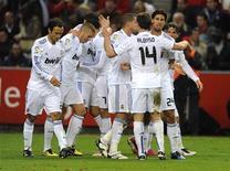 """<p>Игроки """"Реала"""" радуются победе над """"Спортингом"""", Хихон 14 ноября 2010 года. Пока не проигрывающий в этом сезоне мадридский """"Реал"""" сохранил отрыв от преследователей из """"Барселоны"""" благодаря позднему голу Гонсало Игуаина в игре против """"Спортинга"""" в 11-м туре чемпионата Испании. REUTERS/Eloy Alonso</p>"""