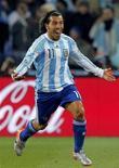 <p>Аргентинец Карлос Тевес радуется голу во время матча Чемпионата мира по футболу в Йоханнесбурге 27 июня 2010 года. Форварды Карлос Тевес и Серхио Агуэро из-за травм не смогут помочь сборной Аргентины в товарищеском матче против Бразилии. REUTERS/Enrique Marcarian</p>