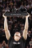 <p>Robin Soderling, da Suécia, exibe o troféu do Masters de Paris após derrotar o francês Gael Monfils na final do torneio, 14 de novembro de 2010. REUTERS/Benoit Tessier</p>