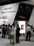 <p>Imagen de archivo de los teléfonos inteligentes de Sharp durante una muestra en Chiba, al este de Tokio. Oct 5 2010 Sharp quiere darle batalla al iPhone de Apple y hacerse con más del 30 por ciento del mercado japonés de teléfonos inteligentes en los próximos dos a tres años, con nuevos modelos entre los que hay algunos que proporcionan capacidad 3D con gafas especiales. REUTERS/Kim Kyung-Hoon/ARCHIVO</p>