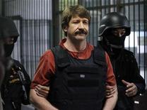 <p>Виктор Бут идет под охраной в здании суда в Бангкоке, 5 октября 2010 года. Власти Таиланда разрешили экстрадицию гражданина России Виктора Бута в США, где ему будут предъявлены обвинения в торговле оружием. REUTERS/Sukree Sukplang</p>