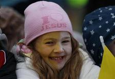 <p>Девочка улыбается во время ожидания приезда Папы Римского Бенедикта XVI в Бирмингем 19 сентября 2010 года. Британскому бюро национальной статистики помимо инфляции, безработицы и преступности правительство поручило учет счастья. REUTERS/Darren Staples</p>