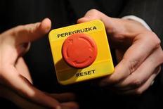 """<p>Помощник демонстрирует кнопку """"reset"""", которую госсекретарь США Хиллари Клинтон подарила главе МИД РФ Сергею Лаврову во время встречи в Женеве 6 марта 2009 года. Улучшение отношений между Россией и США может замедлиться после поражения партии демократов Барака Обамы на промежуточных выборах в Конгресс, так как оно представляет угрозу для сотрудничества в сфере безопасности: от контроля над вооружением до политики в отношении Афганистана и Ирана. REUTERS/Fabrice Coffrini/Pool</p>"""