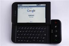 <p>Imagen de archivo de un teléfono de Google con Android en California. Ene 20 2010 La próxima versión de Google de su software para teléfonos avanzados Android contará con una tecnología que permite utilizar el móvil para pagar artículos en restaurantes y tiendas, en lugar de las tarjetas de crédito. REUTERS/Mike Blake/ARCHIVO</p>