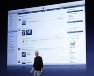 <p>Apple Chief Executive Steve Jobs introduces iTunes 10 at Apple's music-themed September media event in San Francisco, California September 1, 2010. REUTERS/Robert Galbraith</p>