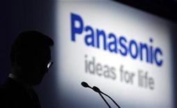 <p>Imagen de archivo del logo de Panasonic en una conferencia de prensa en Tokio. Oct 6 2010 Panasonic dijo el martes que empezará a vender sus propios teléfonos inteligentes en Japón a principios del próximo año y en el extranjero en el 2012, en un tardío pero ambicioso intento por hacerse con parte de este próspero mercado. REUTERS/Kim Kyung-Hoon/ARCHIVO</p>
