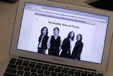 <p>An advertisement on the Apple Inc. website is seen on a MacBook Air computer in New York, November 16, 2010. REUTERS/Mike Segar</p>