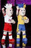 <p>Официальные талисманы Чемпионата Европы по футболу 2012 года на церемонии в Варшаве 16 ноября 2010 года. Украинские болельщики неоднозначно восприняли предложенные организаторами талисманы Чемпионата Европы по футболу 2012 года, называя их неудачными клонами талисманов предыдущего европейского первенства, которое прошло в Австрии и Швейцарии в 2008 году. REUTERS/Kacper Pempel</p>