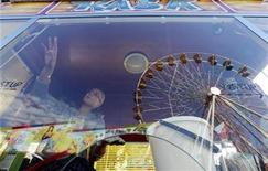 <p>A ticket vendor cleans a window of her cash counter in Prague's Holesovice fairground in this February 25, 2010 file photo. REUTERS/Petr Josek</p>
