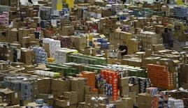 <p>A worker sorts packages at the Amazon warehouse in Leipzig, December 3, 2008. REUTERS/Fabrizio Bensch</p>
