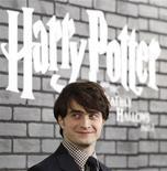 """<p>Daniel Radcliffe, acteur emblématique d'Harry Potter, à la première de """"Harry Potter et les Reliques de la Mort"""" à New York. Le studio Warner Bros a annoncé mercredi qu'il s'efforçait de retirer du web un extrait de 36 minutes du dernier volet cinématographique diffusé sur internet avant sa sortie mondiale en salle. /Photo prise le 15 novembre 2010/REUTERS/Shannon Stapleton</p>"""