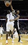 """<p>Игрок """"Сан-Антонио"""" Тим Данкан кладет мяч в корзину во время матча против """"Шарлотты"""" в Шарлотте 8 ноября 2010 года. """"Сан-Антонио"""" обыграл """"Чикаго"""" в матче регулярного чемпионата Национальной баскетбольной ассоциации (НБА), обеспечив себе лучшее начало сезона за последние 29 лет. REUTERS/Chris Keane</p>"""