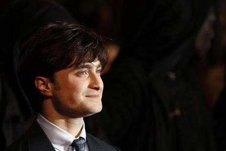 Britain's Daniel Radcliffe poses as he arrives for the world premiere of ''Harry Potter and the Deathly Hallows: Part 1'' at Leicester Square in London November 11, 2010. REUTERS/Stefan Wermuth