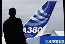 <p>Imagen de archivo de la silueta de un visitante frente a un Airbus A380 en la muestra aérea Farnborough en Inglaterra. Jul 22 2010 La flota global de los aviones Airbus A380, la aeronave más grande del mundo, necesita reemplazar cerca de 40 motores Rolls-Royce para elevar su seguridad luego de que un motor se desintegrara parcialmente durante un vuelo, informó el jueves la aerolínea Qantas. REUTERS/Luke MacGregor/ARCHIVO</p>