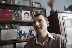<p>Блоггер Аднан Гаджизаде общается с друзьями дома в Баку, 18 ноября 2010 года. Бакинский апелляционный суд в четверг досрочно освободил одного из двух блогеров, чье заключение было осуждено Западом и оценено правозащитниками как наказание за политическое инакомыслие. REUTERS/Irada Humbatova</p>