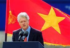 <p>Билл Клинтон общается с вьетнамскими бизнесменами в Хошимине 19 ноября 2000 года. 19 ноября 2000 года Билл Клинтон завершил трехдневный визит во Вьетнам, став первым американским президентом, посетившим эту страну после Вьетнамской войны. REUTERS/Lou Dematteis</p>