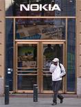 <p>Imagen de archivo de una de Nokia en Helsinki. Sep 29 2010 Nokia, el mayor fabricante de móviles del mundo, dijo el viernes que algunos de sus equipos N8, que se han convertido en buque insignia de la compañía, se vendieron con una falla que lleva a que los teléfonos se apaguen. REUTERS/Bob Strong/ARCHIVO</p>