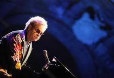<p>Elton John en concert à Naples lors du Festival Piedigrotta en septembre 2009. La Commission européenne demande que l'Italie rembourse une somme de 720.000 euros qui a permis aux autorités napolitaines de financer ce concert du chanteur britannique sur des fonds européens. /Photo prise le 11 septembre 2009/REUTERS/Ciro de Luca/Agnfoto</p>