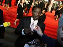 "<p>Wesley Snipes signs autographs during the red carpet for the premiere of the movie ""Brooklyn's Finest"" at the 66th Venice Film Festival September 8, 2009. REUTERS/Tony Gentile</p>"