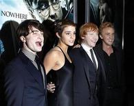 """<p>Foto de archivo del elenco de """"Harry Potter y las Reliquias de la Muerte"""" durante el estreno del filme en Nueva York, nov 15 2010. La primera parte de la cinta """"Harry Potter y las Reliquias de la Muerte"""" hizo magia en la taquilla norteamericana al lograr 24 millones de dólares en boletos, según las primeras proyecciones del viernes. REUTERS/Shannon Stapleton</p>"""