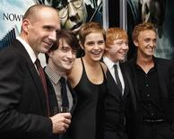 "<p>Cast members (L to R) Ralph Fiennes, Daniel Radcliffe, Emma Watson, Rupert Grint and Tom Felton pose at the premiere of ""Harry Potter and the Deathly Hallows: Part 1"" in New York November 15, 2010. REUTERS/Shannon Stapleton</p>"