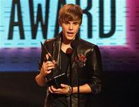 <p>Justin Bieber recebe prêmio de artista revelação no American Music Awards em Los Angeles. 21/11/2010 REUTERS/Mario Anzuoni</p>