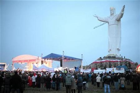 People take part in the celebrations of the unveiling of the statue of Jesus in Swiebodzin, western Poland November 21, 2010. REUTERS/Sebastian Rzepiel/Agencja Gazeta