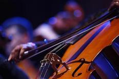 <p>Музыкант из Мальтийского филармонического оркестра исполняет солирующую партию на виолончели во время концерта американского певца Майкла Болтона, Валетта 19 июля 2009 года.Ниже представлены некоторые культурные события, которые произойдут в Москве сегодня, 22 ноября. REUTERS/Darrin Zammit Lupi</p>