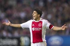 <p>Luis Suárez do Ajax durante jogo contra o Milan, na Liga dos Campeões em setembro. O atacante foi suspenso por dois jogos do Campeonato Holandês como punição pela mordida que o holandês deu no ombro do rival Otman Bakkal no empate de 0 x 0 das equipes no domingo. 28/09/2010 REUTERS/Toussaint Kluiters/Arquivo</p>