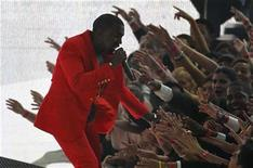 <p>Kanye West reaches into the crowd as he performs at the 2010 MTV Video Music Awards in Los Angeles, California, September 12, 2010. REUTERS/Mike Blake</p>
