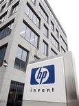 <p>Foto de archivo del logo de Hewlett-Packard en su casa matriz en Diegem, Bélgica, ene 12 2010. El fabricante de computadoras Hewlett Packard dijo el lunes que ganó 1,33 dólares por acción en el cuarto trimestre fiscal, con ventas por 33.300 millones de dólares. REUTERS/Thierry Roge</p>