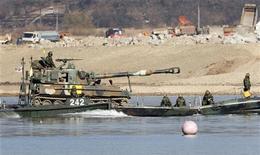 <p>Южнокорейские солдаты патрулируют отрезок реки в 100 километрах к юго-востоку от Сеула, 23 ноября 2010 года. Несколько мирных жителей и военнослужащих Корейской Республики были ранены во вторник на одном из южнокорейских островов, многие были эвакуированы после артиллерийского обстрела со стороны Северной Кореи, сообщил сеульский телеканал. REUTERS/Jo Yong-Hak</p>