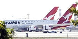 <p>Imagen de archivo de un avión Qantas A380 en el Aeropuerto Internacional de Los Angeles. Nov 8 2010 Qantas reanudará los vuelos de algunos de sus superjumbos Airbus A380 esta semana, en un espaldarazo para Airbus y el fabricante de motores Rolls-Royce, tras una falla de un motor que obligó a una aeronave de la empresa australiana a hacer un aterrizaje de emergencia. REUTERS/Mario Anzuoni/ARCHIVO</p>