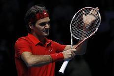 <p>Roger Federer derrotou o escocês Andy Murray por 6-4 e 6-2 no ATP World Tour Finals e está praticamente garantido na semifinal do torneio em Londres. REUTERS/Stefan Wermuth</p>
