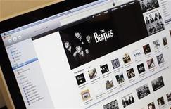 <p>La música del conjunto The Beatles visto en la página web de la tienda digital iTunes de la compañía Apple, nov 16 2010. The Beatles vendió más de dos millones de canciones y más de 450.000 discos en todo el mundo en su primer semana en la tienda iTunes de Apple, reveló el martes la compañía. REUTERS/Mike Segar</p>