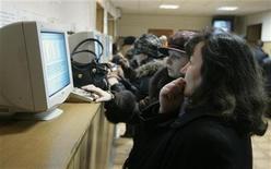 <p>Женщины читают информацию с монитора в Ставрополе, 5 марта 2009 года. Госдума получила законопроект, предлагающий перечень сведений о гражданах, которые судебные приставы должны будут публиковать в интернете. Среди них - полное имя и фамилия должника, а также сведения о том, что нужно от него приставам. REUTERS/Eduard Korniyenko</p>