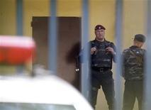 <p>Сотрудники службы охраны стоят рядом со входом в Лефортовскую тюрьму, 8 июля 2010 года. Госдума РФ разработала правила, по которым подследственных предпринимателей будут сажать под домашний арест или отпускать под залог. Но за нарушения они могут все-таки оказаться в тюрьме. REUTERS/Sergei Karpukhin</p>
