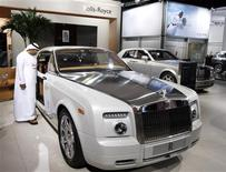 <p>A visitor looks at a Rolls Royce Phantom during the Dubai Motor Show December 15, 2009. REUTERS/Mosab Omar</p>
