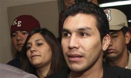 <p>Atacante paraguaio Salvador Cabanas e sua esposa no tribunal em Assunção em agosto. Cabañas, que foi baleado no começo deste ano no México, passa por dificuldades financeiras e colocou à venda automóveis para resolver os gastos de sua família. 02/08/2010 REUTERS/Stringer/Arquivo</p>