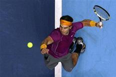 <p>Испанский теннисист Рафаэль Надаль подает сербу Новаку Джоковичу в матче итогового теннисного турнира ATP в Лондоне 24 ноября 2010 года. Испанец Рафаэль Надаль и чех Томаш Бердых одержали победы во вторых матчах группового этапа итогового теннисного турнира ATP в Лондоне. REUTERS/Stefan Wermuth</p>