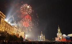 <p>Fireworks explode above Red Square during Victory Day celebrations in Moscow May 9, 2010. REUTERS/Sergei Karpukhin</p>