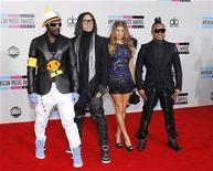 <p>El grupo Black Eyed Peas llegando a los American Music Awards 2010 en Los Angeles. Nov 21 2010 El grupo Black Eyed Peas tocará el 6 de febrero próximo durante el medio tiempo del Super Bowl, anunció la banda estadounidense en su sitio de internet. REUTERS/Danny Moloshok</p>