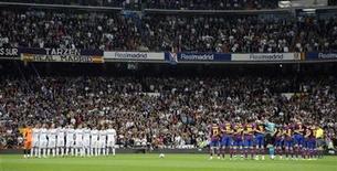 <p>Foto de archivo de los jugadores del Real Madrid (izquierda en la imagen) y los del Barcelona en la cancha antes del derbi del fútbol español en Madrid, abr 10 2010. El clásico del fútbol español que disputarán el lunes Barcelona y Real Madrid sirve como un recordatorio oportuno del creciente dominio que ejercen dos de los clubes más ricos del mundo en su liga doméstica. REUTERS/Felix Ordonez</p>