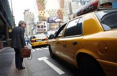 <p>A man tries to board a taxi outside the Port Authority Bus Terminal in New York September 5, 2007. REUTERS/Eric Thayer</p>